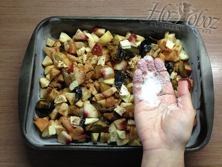 Сверху фруктовую начинку с корицей посыпаем оставшимся сахаром