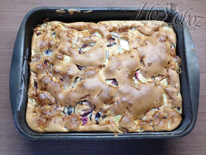 Когда пирог испечется, достаньте его из духовки и и дайте остыть