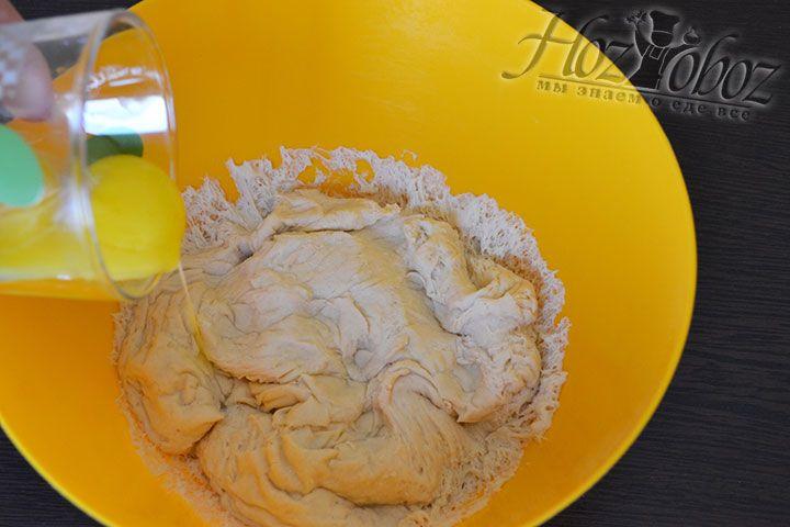 Перемешиваем тесто, добавив в него желтки