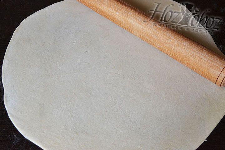 Готовое тесто разделяем на две части и раскатываем каждый кусок в пласт диаметром около 50 см