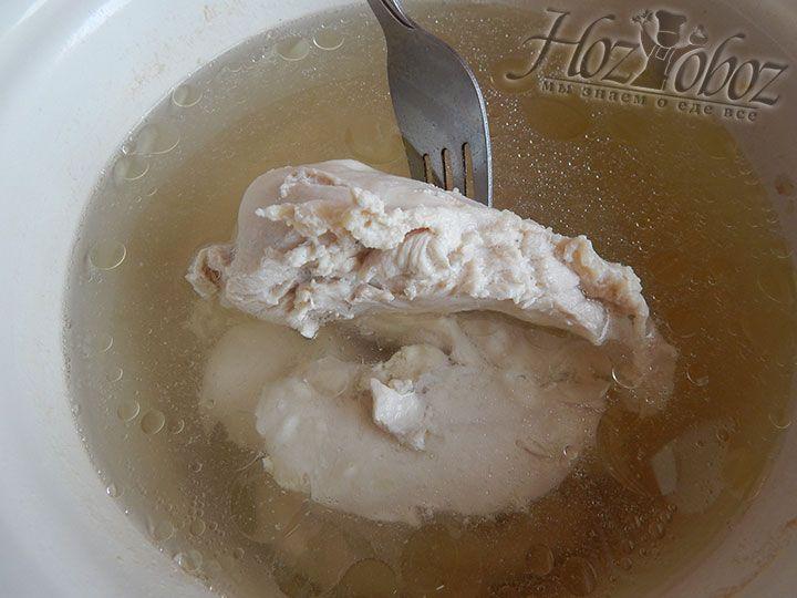 Промытое под проточной водой куриное филе опускаем в кипящую воду и варим ококло 40 минут