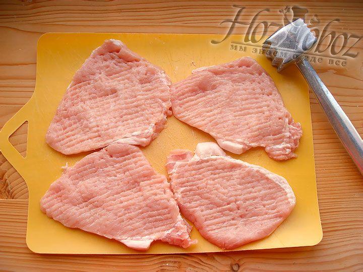 Свиное мясо моем и вытираем насухо после чего отбиваем через пищевую пленку или пакет