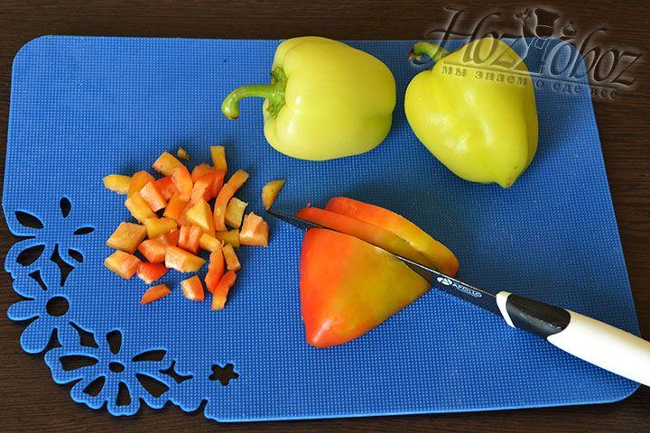 Для соуса чистим и измельчаем болгарский перец, а затем натираем морковь и делим на слайсы томаты