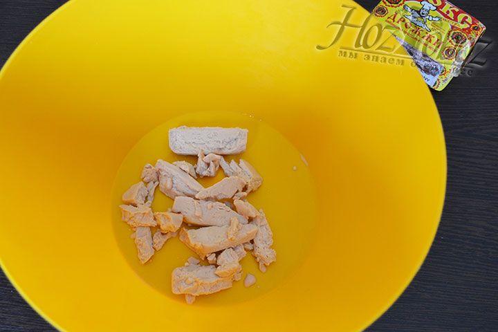 Для теста вначале разморозим дрожжи, порубленные на небольшие кусочки