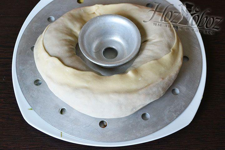 Емкость пароварки смазываем жиром и помещаем на нее рулет. Устанавливаем блюдо в кастрюлю с кипящей водой на паровую баню и варим около 1 часа