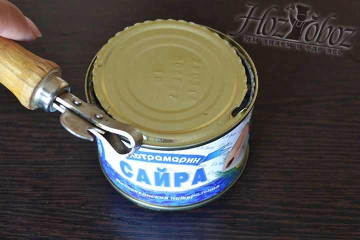 В качестве основы используем консервированную в масле или собственном соку рыбу. Мы взяли сайру
