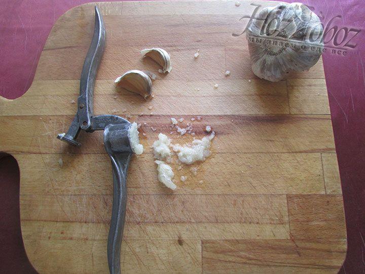 Измельчаем зубок чеснока