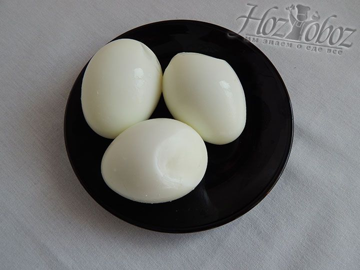 Охлаждаем отваренные вкрутую яйца