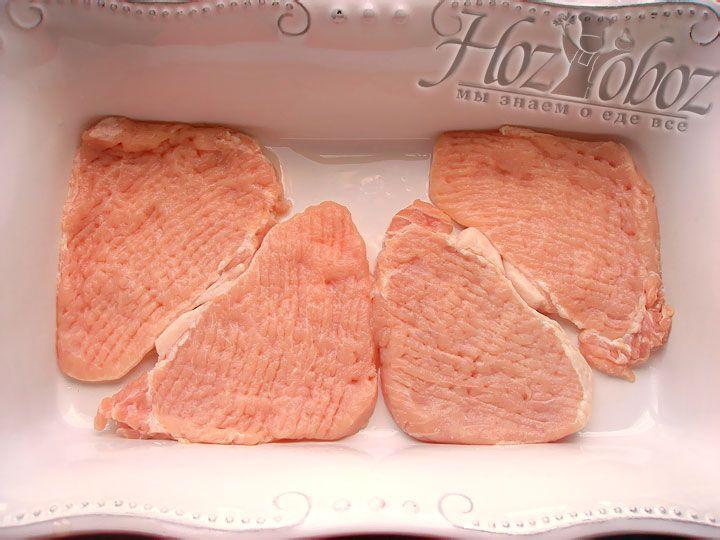 В противень смазанный слегка растительным маслом помещаем отбитое мясо