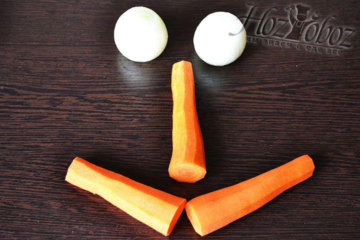 Морковку и лук также чистим и режем для дальнейшей переработки на мясорубке
