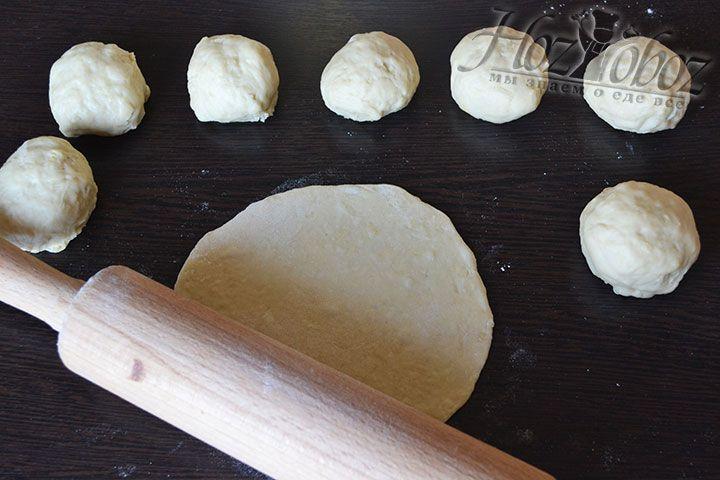 Из теста формируем шарики и раскатываем их в пласты, в середину которых укладываем начинку
