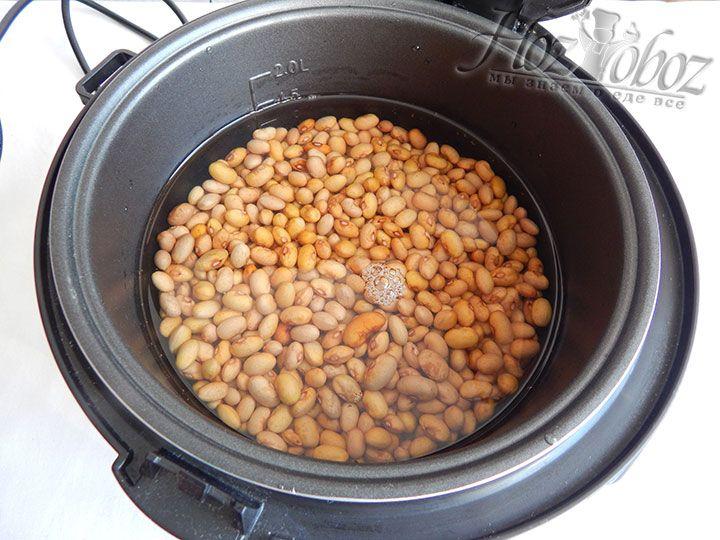 """Готовую к термической обработке фасоль кладем в чашу мультиварки, заливаем водой и готовим примерно 1,5 часа в режиме """"Варка"""""""