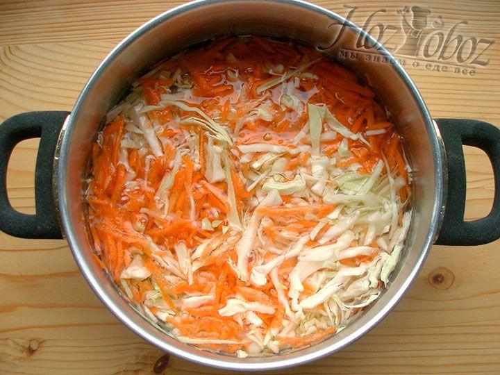 Измельченные овощи помещаем в кастрюлю с водой