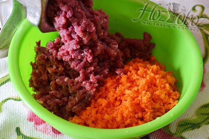 Вначале пропускаем через мясорубку морковку, затем в ту же емкость перекручиваем мясо и курдючный жир