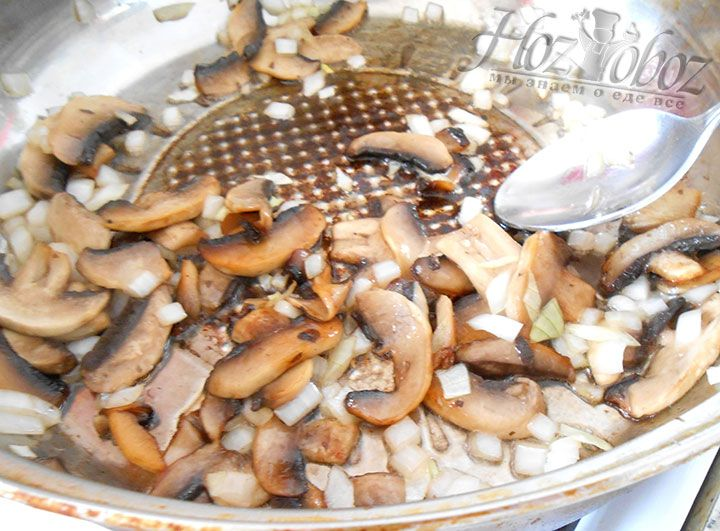 Теперь лук и грибы следует обжарить