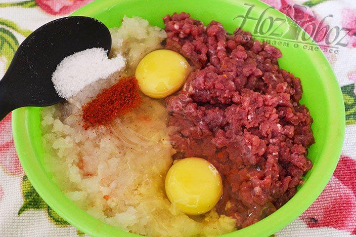 Добавляем в фарш яйца, а затем соль и разные приправы по вкусу