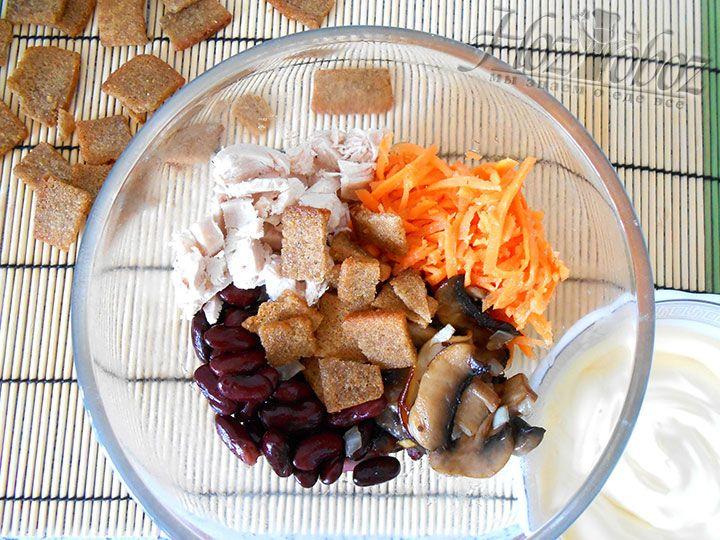 Предварительно обжаренные овощи, куриное мясо и острую морковь соединяем. При условии что вы не желаете чтобы сухари хрустели, их тоже следует ввести сейчас
