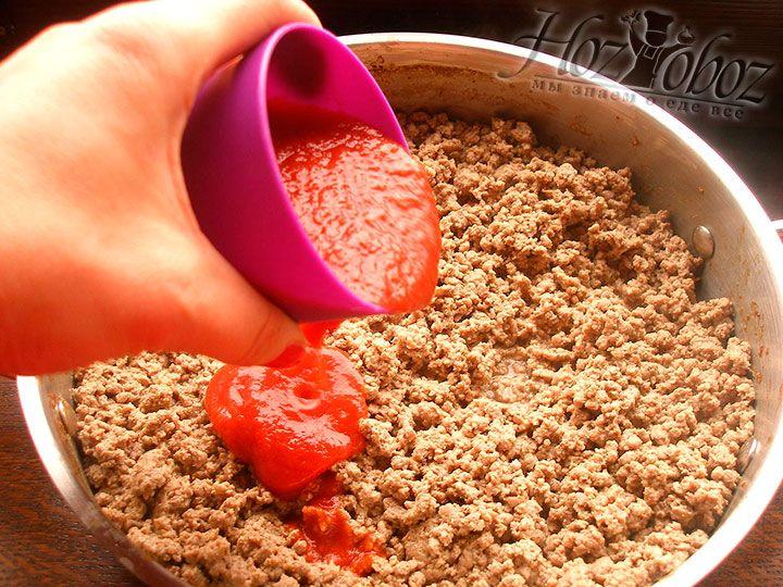 Вводим готовый или собственного приготовления томатный соус