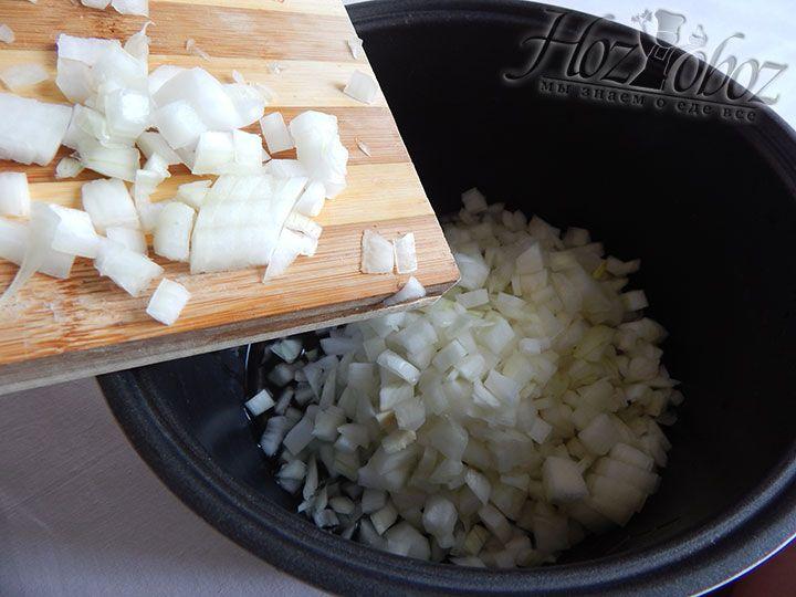 В мультиварке слегка обжариваем лук на растительном масле
