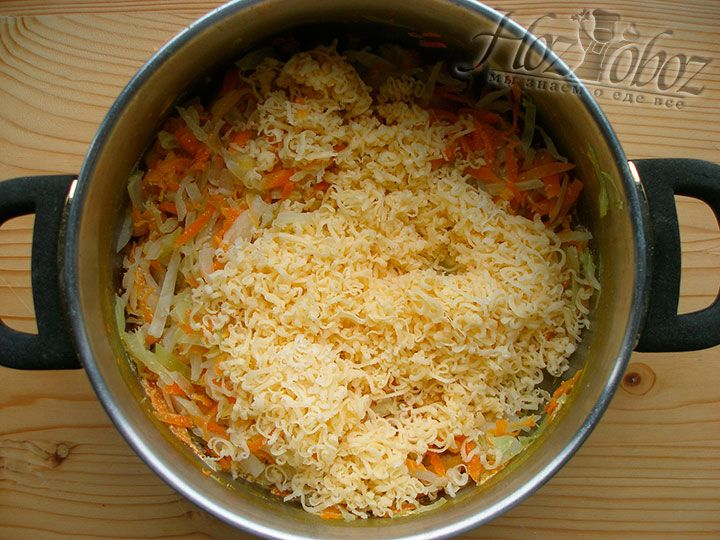 Смешаем овощи с тертым сыром