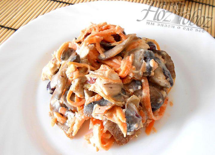 Выкладываем порцию салата на тарелку