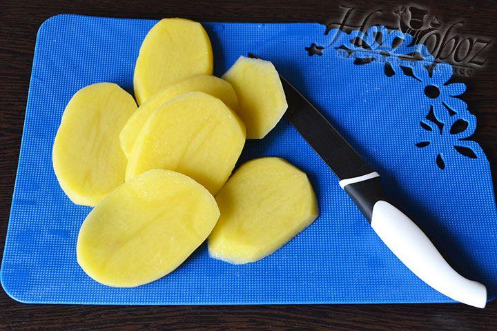 Каждую картофелину нарезаем кольцами толщиной около 0,5 см.
