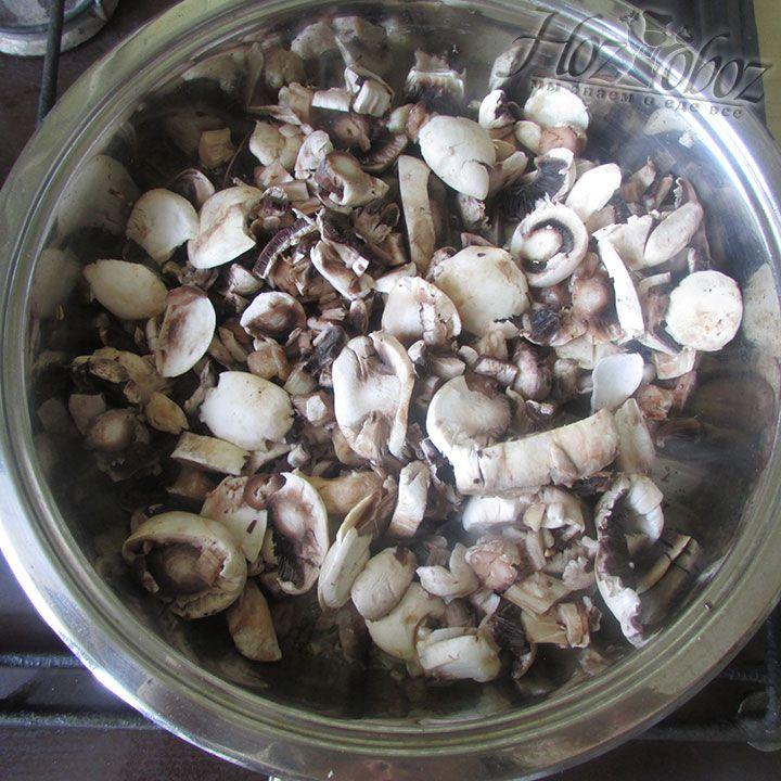 Добавляем нарезанные грибы к обжаренному луку с чесноком