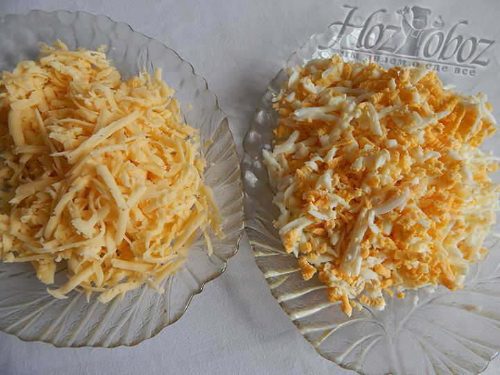 Охлажденные куриные яйца и твердый сыр небходимо измельчить на терке в разные тарелки