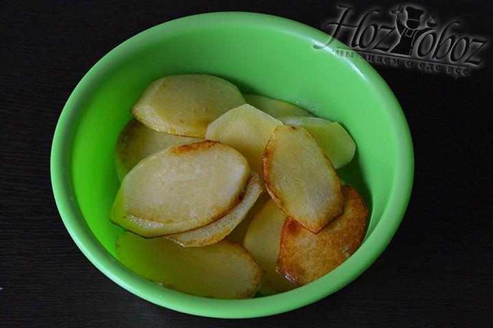 Выкладываем в емкость для запекания мусаки слой картошки