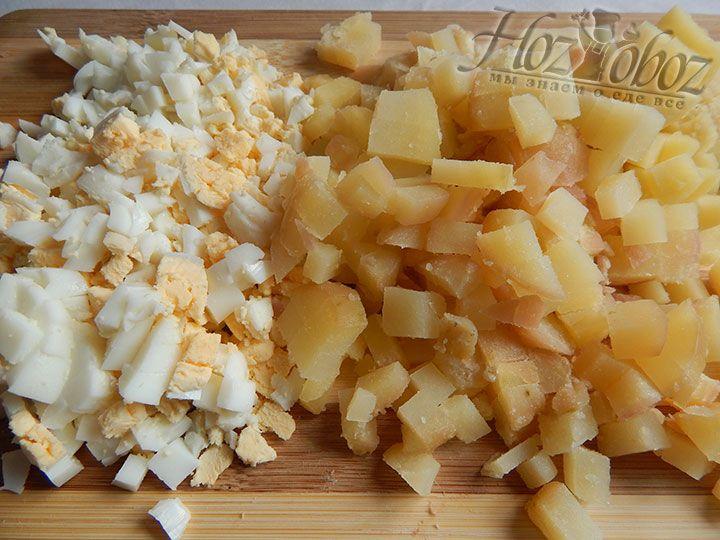 Картошку и яйца остужаем, чистим и нарезаем кубиками