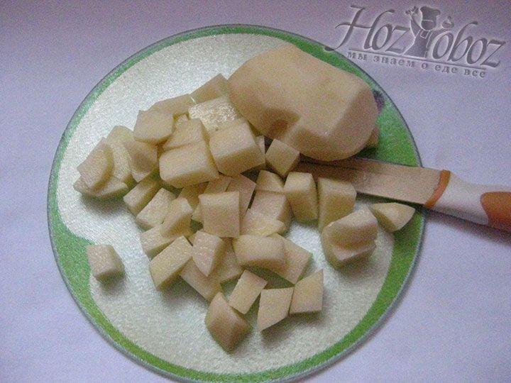 Клубни картошки следует почистить и нарезать кубиками небольшого размера