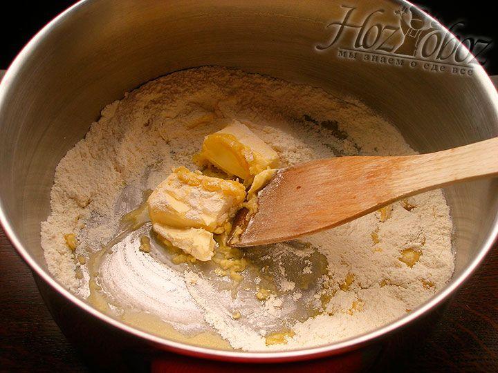 Насыпаем муку и обжариваем с маслом постоянно помешивая