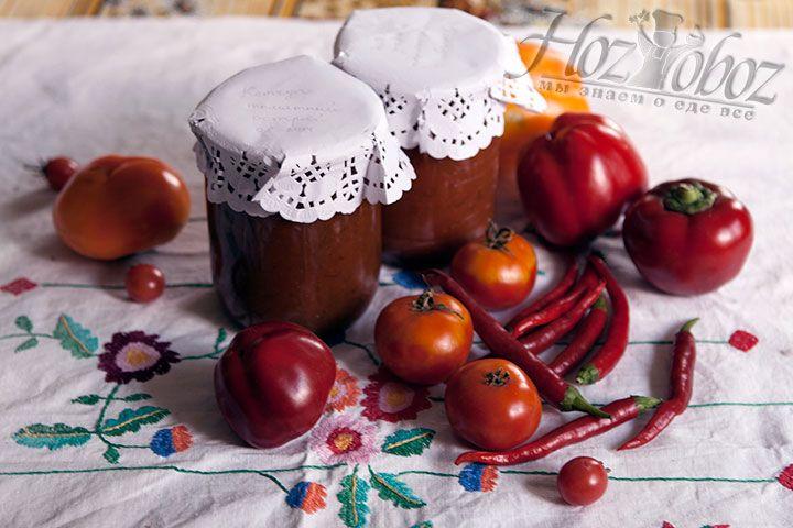В стерилизованные банки разливаем кетчуп и добавляем по десертной ложке уксуса. Затем банки необходимо закрыть ключом и поместить в теплое место до полного остывания. Хранить кетчуп следует как и остальную консервацию в прохладном месте