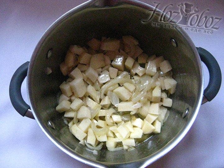 Соединяем в кастрюле лук и картофель