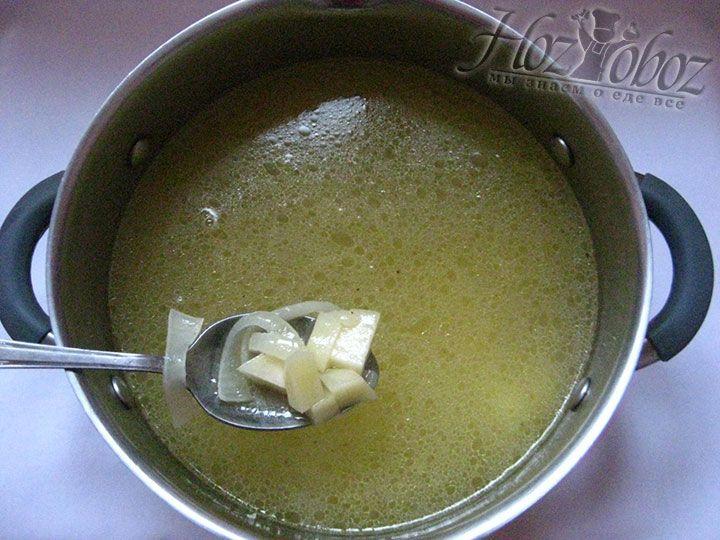 В обжаренные овощи добавляем бульон и варим минут 15 или пока картофель не станет мягким. В конце этого этапа солим и приправляем суп