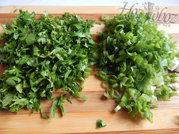 Шинкуем зелень и лук