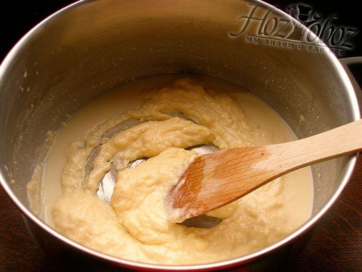 В соус бешамель можно при желании налить немного вина - это придаст ососбый колорит. А если вдруг комки - не беда, воспользуйтесь блендером
