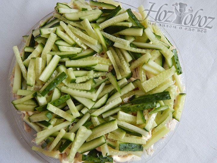 Смазываем салат майонезом и сверху помещаем слой огурцов