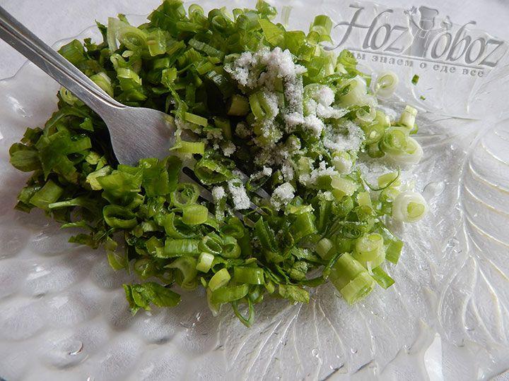 Тщательно перемешиваем зелень и лук с солью