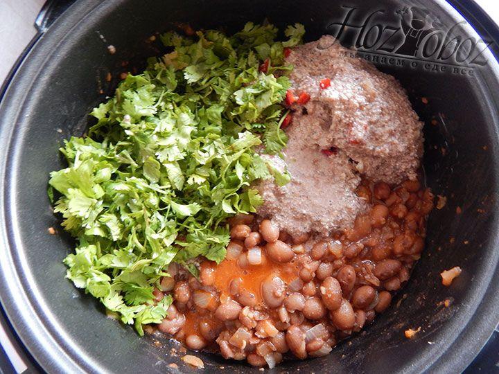 Насыпаем зелень к ореховой пасте, а затем солим полученную заправку