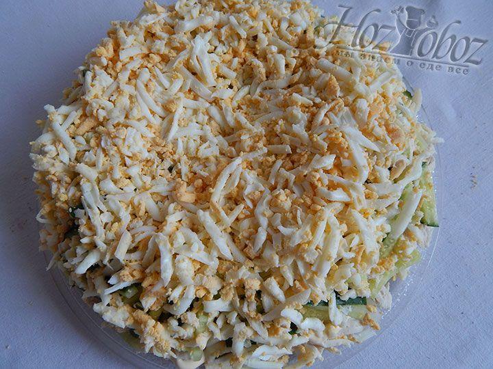 Делаем сверху декоративное украшение в виде сеточки и посыпаем салат тертыми яйцами