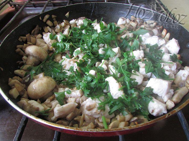 Нарезанную зелень добавляем в обжаренную начинку