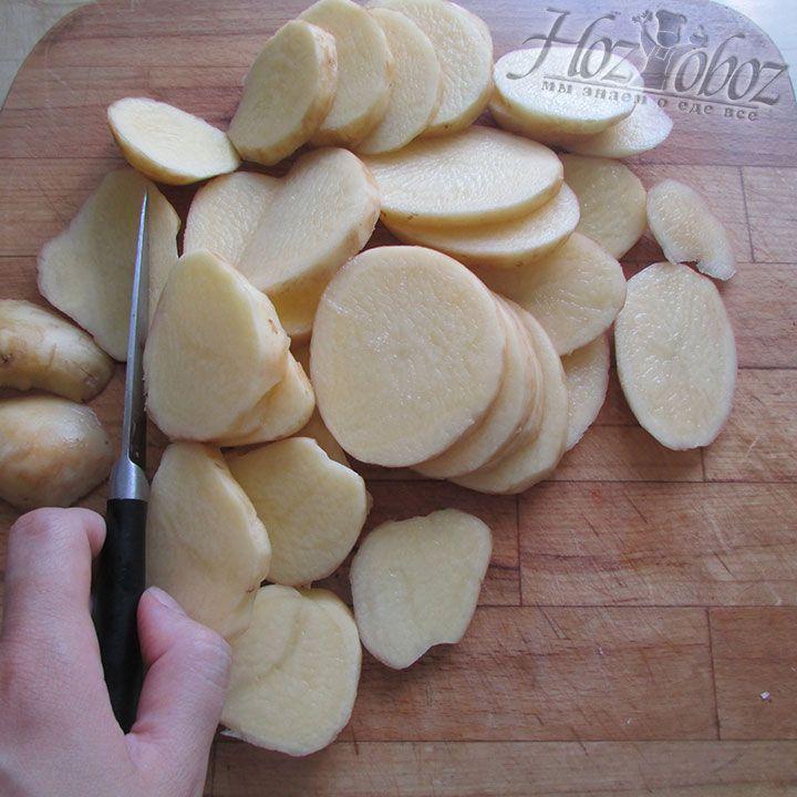 Очищаем и нарезаем клубни картофеля