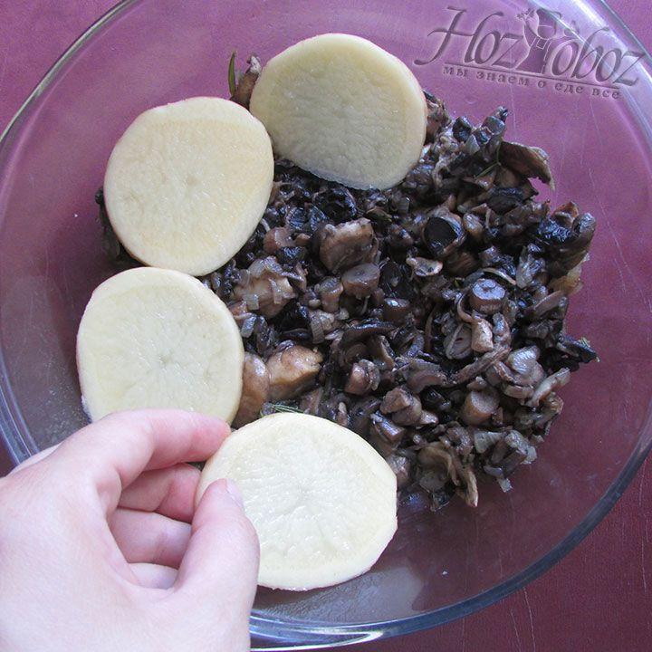 Выкладываем картошку на грибы