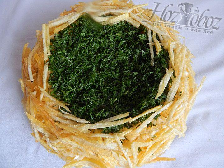 Декорируем салата в виде гнезда с помощью картофельной соломки