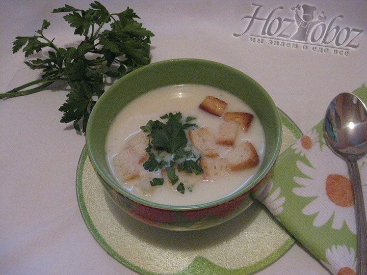 Такой суп принято подавать именно со свежей зеленью и гренками, но иногда его также посыпают сыром. Делайте как Вам нравится и наслаждайтесь необыкновенным вкусом и ароматом