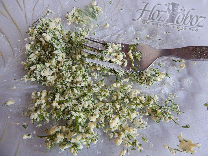 Желтки вынимаем и перетираем в отдельной посуде с зеленью и сольюЖелтки вынимаем и перетираем в отдельной посуде с зеленью и солью