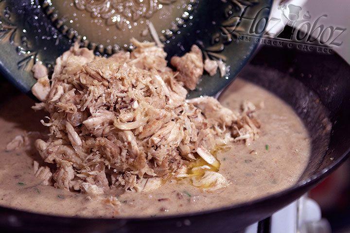 В соус помещаем кусочки курицы не забыв удалить предварительно лавровые листочки