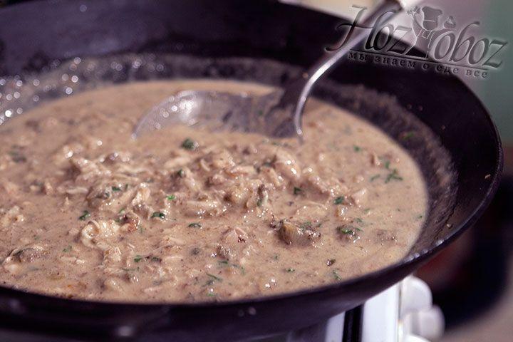 Нагреваем мясо в соусе на небольшом огне на протяжении 5 минут, но не кипятим