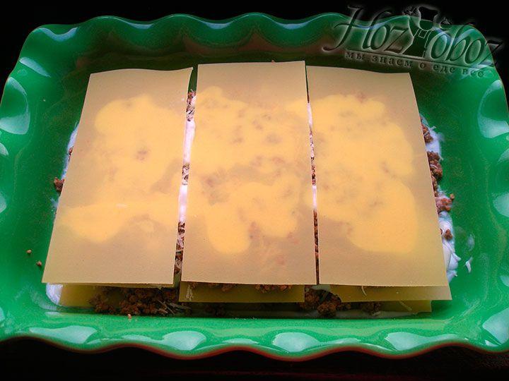 Сверху заливаем лезанью соусом и покрываем листами теста